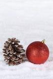 Kerstmisdecoratie met de bal van de Kerstmisboom, sneeuw en copyspac Stock Foto's