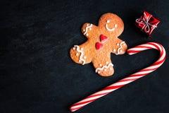 Kerstmisdecoratie met de doos van de Kerstmisgift, Peperkoekmens c Stock Foto's