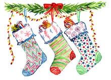 Kerstmisdecoratie met de takken van de pijnboomboom, gestreept kleurrijk sokken en lint Royalty-vrije Stock Fotografie