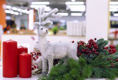 Kerstmisdecoratie met een hert, een Kerstboom en rode kaarsen stock foto