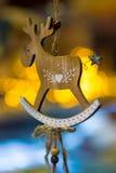 Kerstmisdecoratie met een houten hert die op een draad hangen Royalty-vrije Stock Afbeelding