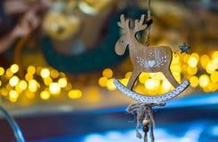 Kerstmisdecoratie met een houten hert die op een draad hangen Royalty-vrije Stock Foto