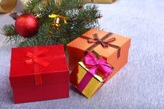 Kerstmisdecoratie met giftdozen, kleurrijke Kerstmisballen en Kerstmisboom op onscherp, fonkelend en fabelachtig Royalty-vrije Stock Afbeelding