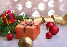 Kerstmisdecoratie met giftdozen, kleurrijke Kerstmisballen en Kerstmisboom op onscherp, fonkelend en fabelachtig Stock Foto