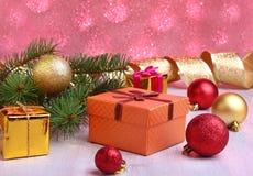 Kerstmisdecoratie met giftdozen, kleurrijke Kerstmisballen en Kerstmisboom op onscherp, fonkelend en fabelachtig Stock Afbeeldingen