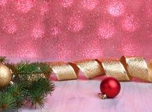 Kerstmisdecoratie met giftdozen, kleurrijke Kerstmisballen en Kerstmisboom op onscherp, fonkelend en fabelachtig Royalty-vrije Stock Foto