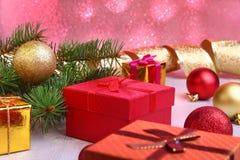 Kerstmisdecoratie met giftdozen, kleurrijke Kerstmisballen en Kerstmisboom op onscherp, fonkelend en fabelachtig Royalty-vrije Stock Afbeeldingen