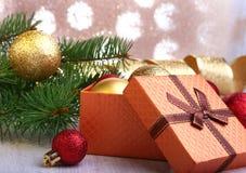 Kerstmisdecoratie met giftdozen, kleurrijke Kerstmisballen en Kerstmisboom op onscherp, fonkelend en fabelachtig Royalty-vrije Stock Foto's