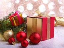 Kerstmisdecoratie met giftdozen, kleurrijke Kerstmisballen en Kerstmisboom op onscherp, fonkelend en fabelachtig Stock Foto's