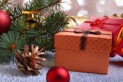 Kerstmisdecoratie met giftdozen, kleurrijke Kerstmisballen, Kerstmisboom en kegels op onscherp, fonkelend en Stock Afbeelding