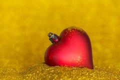 Kerstmisdecoratie met hartvorm en gouden achtergrond Stock Afbeelding