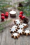 Kerstmisdecoratie met kaars Stock Foto's