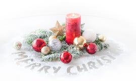 Kerstmisdecoratie met Kaars en Kerstmisballen royalty-vrije stock afbeelding
