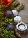 Kerstmisdecoratie met kaars en snuisterijen Stock Fotografie