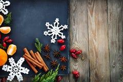 Kerstmisdecoratie met mandarijn op donkere uitstekende achtergrond Royalty-vrije Stock Foto's