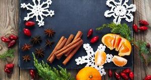 Kerstmisdecoratie met mandarijn op donkere uitstekende achtergrond Royalty-vrije Stock Afbeelding
