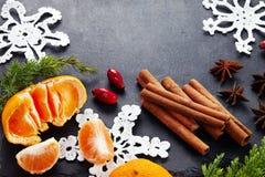 Kerstmisdecoratie met mandarijn op donkere uitstekende achtergrond Royalty-vrije Stock Foto