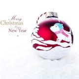 Kerstmisdecoratie met Met de hand gemaakte rode die bal met een acr wordt geschilderd Stock Foto's
