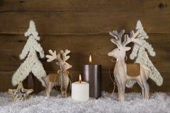 Kerstmisdecoratie met natuurlijk materiaal Twee brandende kaarsen Stock Afbeeldingen