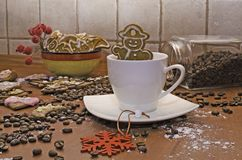 Kerstmisdecoratie met peperkoek in een koffiekop Royalty-vrije Stock Foto's