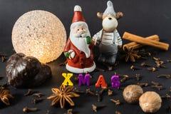 Kerstmisdecoratie met pijpjes kaneelpeperkoek en kruiden stock foto