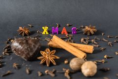 Kerstmisdecoratie met pijpjes kaneelpeperkoek en kruiden stock fotografie
