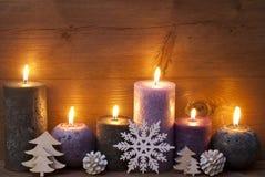 Kerstmisdecoratie met Puprle en Zwarte Kaarsen, Sneeuwvlok Stock Foto