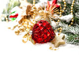 Kerstmisdecoratie met rode ballen und gouden sterren Stock Foto's