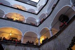 Kerstmisdecoratie met rode bogen op het gebouw, Salzburg Royalty-vrije Stock Afbeelding