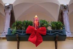 Kerstmisdecoratie met rode bogen op het gebouw, Salzburg Stock Fotografie