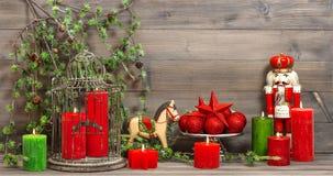 Kerstmisdecoratie met rode kaarsen en uitstekend speelgoed Royalty-vrije Stock Foto's