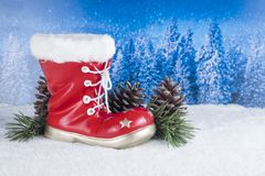 Kerstmisdecoratie met rode laars en pijnbomen op een achtergrondverstand Stock Foto's