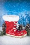 Kerstmisdecoratie met rode laars en pijnbomen op een achtergrondverstand Royalty-vrije Stock Fotografie