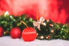 Kerstmisdecoratie met rode samenvatting en onduidelijk beeldachtergrond Stock Fotografie