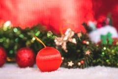 Kerstmisdecoratie met rode samenvatting en onduidelijk beeldachtergrond Stock Foto's