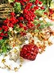 Kerstmisdecoratie met rode snuisterijen, rode en gouden slingers Royalty-vrije Stock Foto
