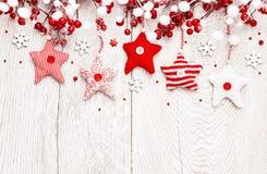 Kerstmisdecoratie met rode sterren en sneeuwvlokken Stock Fotografie