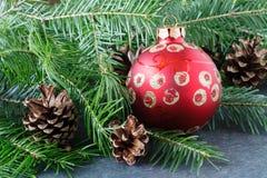 Kerstmisdecoratie met rode sterren op lijst met spar Stock Foto