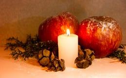 Kerstmisdecoratie met rode van de appelenpijnboom en kaars ananassen op houten achtergrond Royalty-vrije Stock Afbeeldingen