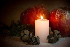 Kerstmisdecoratie met rode van de appelenpijnboom en kaars ananassen op houten achtergrond Stock Foto's