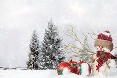 Kerstmisdecoratie met Santa Claus-beeldje in de sneeuw Stock Fotografie