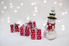 Kerstmisdecoratie met Sneeuwmanstuk speelgoed en huidige doos Stock Foto