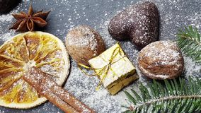 Kerstmisdecoratie met sneeuwspar, noten en peperkoeken stock video