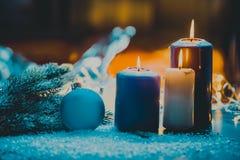 Kerstmisdecoratie met snuisterij en kaars voor komstseizoen vier kaarsen het branden Stock Fotografie