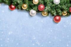 Kerstmisdecoratie met spar en snuisterijen over sneeuw. Stock Afbeeldingen
