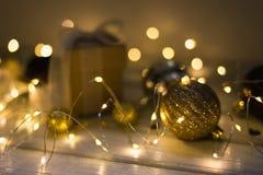 Kerstmisdecoratie met spar, giftdoos, slingerlichten, speelgoed De wintervakantie, Vrolijke Kerstmis royalty-vrije stock afbeelding