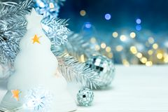 Kerstmisdecoratie met sparrentak op vage lichtenbac Stock Fotografie
