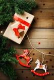 Kerstmisdecoratie met stuk speelgoed paarden en gift boxex Stock Foto's