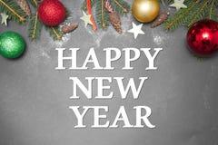 Kerstmisdecoratie met tekst GELUKKIG NIEUWJAAR 2017 op grijze achtergrond Stock Afbeelding