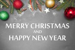 Kerstmisdecoratie met tekst GELUKKIG NIEUWJAAR 2017 op grijze backgroundMERRYkerstmis Stock Foto's